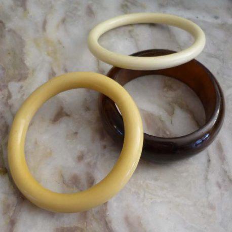 lot de 3 bracelets joncs en bakelite brun blanc et crème