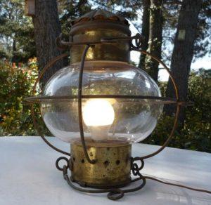 Lampe marine ancienne allumée